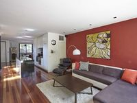 Excellent apartment in a great location midway between CBD and St. Kilda. I would highly recommend