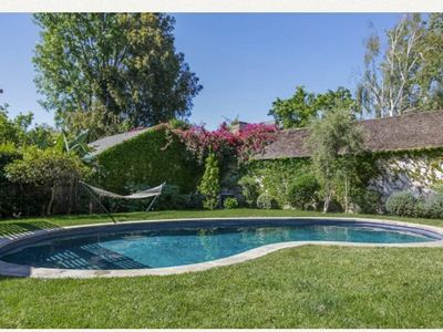Beautiful, clean, 3 Bedroom with pool, close to beach and Santa Monica Pier