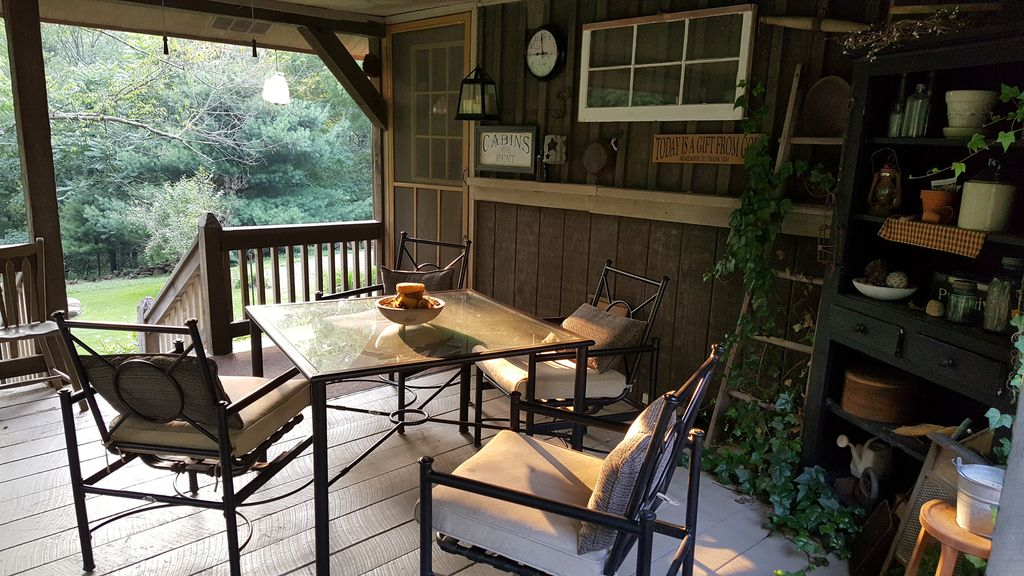 Cabin, hiking, hunt, pets allowed, small groups, family quiet getaway in woods!!