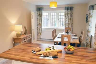 Meadow View - breakfast bar and dining area