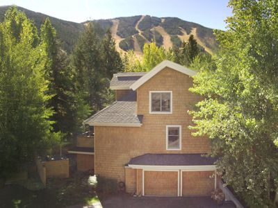 Photo for Fully appointed luxury townhome, walk to ski lifts, bike path, and more
