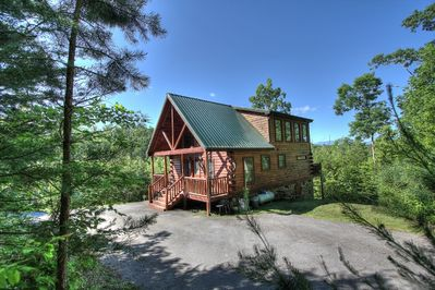 Beautiful 2 bedroom log cabin nestled in the mountains.