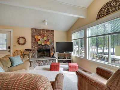 Photo for Cozy Sunriver home w/private hot tub & large deck, SHARC passes