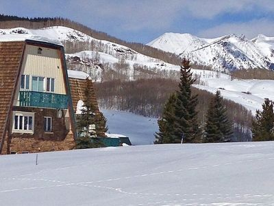 Built for families & groups, it's one bus stop from the ski area (1/5 mile).