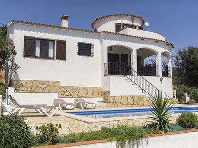 Photo for Three bedroom villa with pool, sea view & Internet