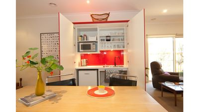 Photo for Flinders Retreat - Easy walk to Shops, Restaurants & Flinders Hotel