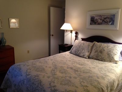 Guest bedroom - queen bed/shared bath