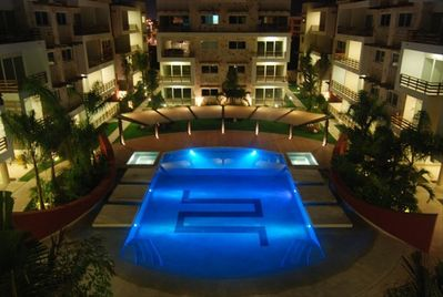 Pool w/ 2 jacuzzis and 6 in pool lounging beds