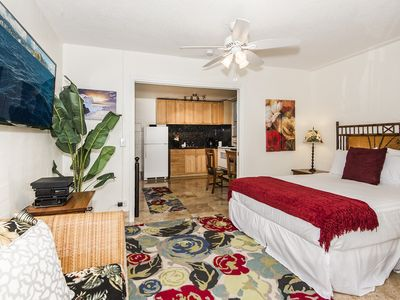 Beautiful 1BR Condo Near Beach and Dining, With Full Kitchen, FREE Parking!