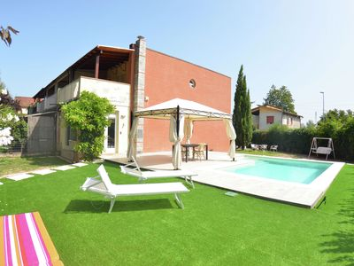 Photo for Modern villa with private pool and fenced garden 2.5 km from Lucca