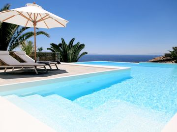 Amazing Sea Views  , Heated pool , Ten minute Walk To The Beach .