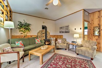 This cozy La Crescent cottage awaits your group of up to 6 guests!