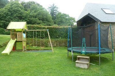 Play area (table tennis, boules, trampoline, climbing frame, swings, slide)