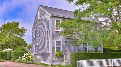 Luxurious Island Escape: Spacious, Ideally Located Near Surfside Beaches & Town