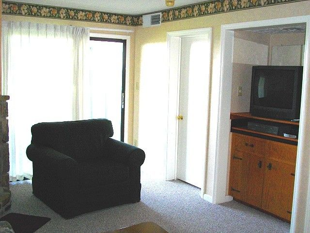 2BR/2BA located 1 mile from O'ber Gatlinburg and Gatlinburg Bypass.  Great views in the area.