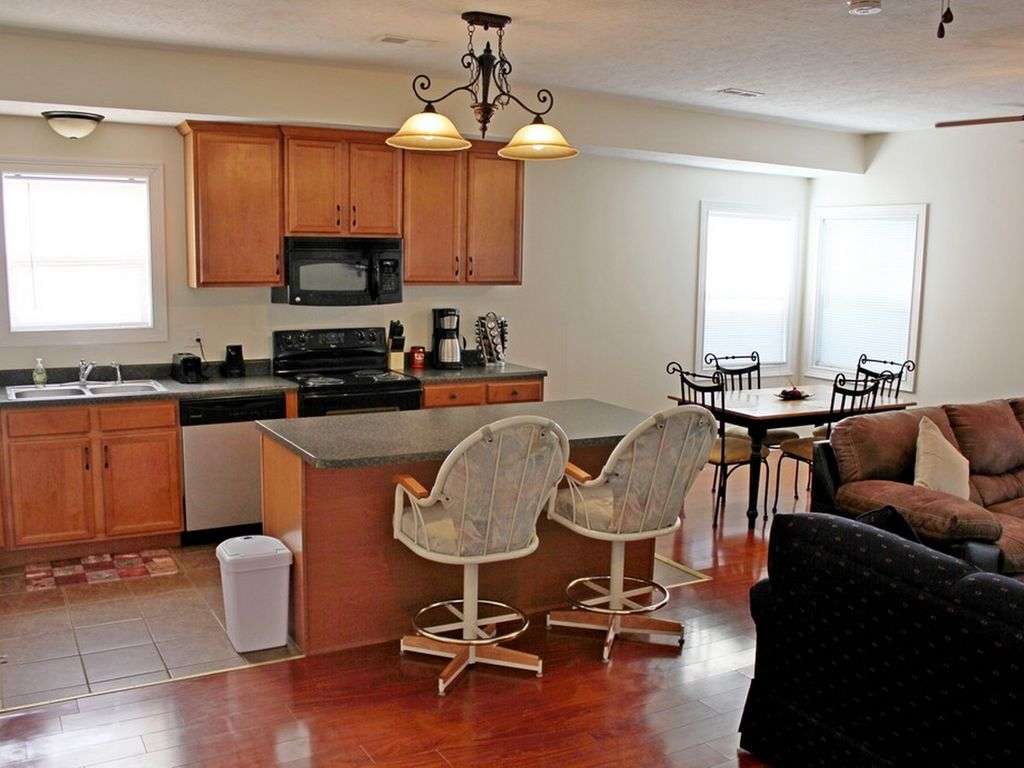 Kitchen Fully Equipped Breakfast Bar Island And Dining Room Table Great