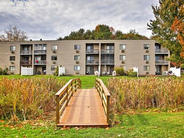Beautiful Top-Floor unit with Lake views - Walk to most Amenities