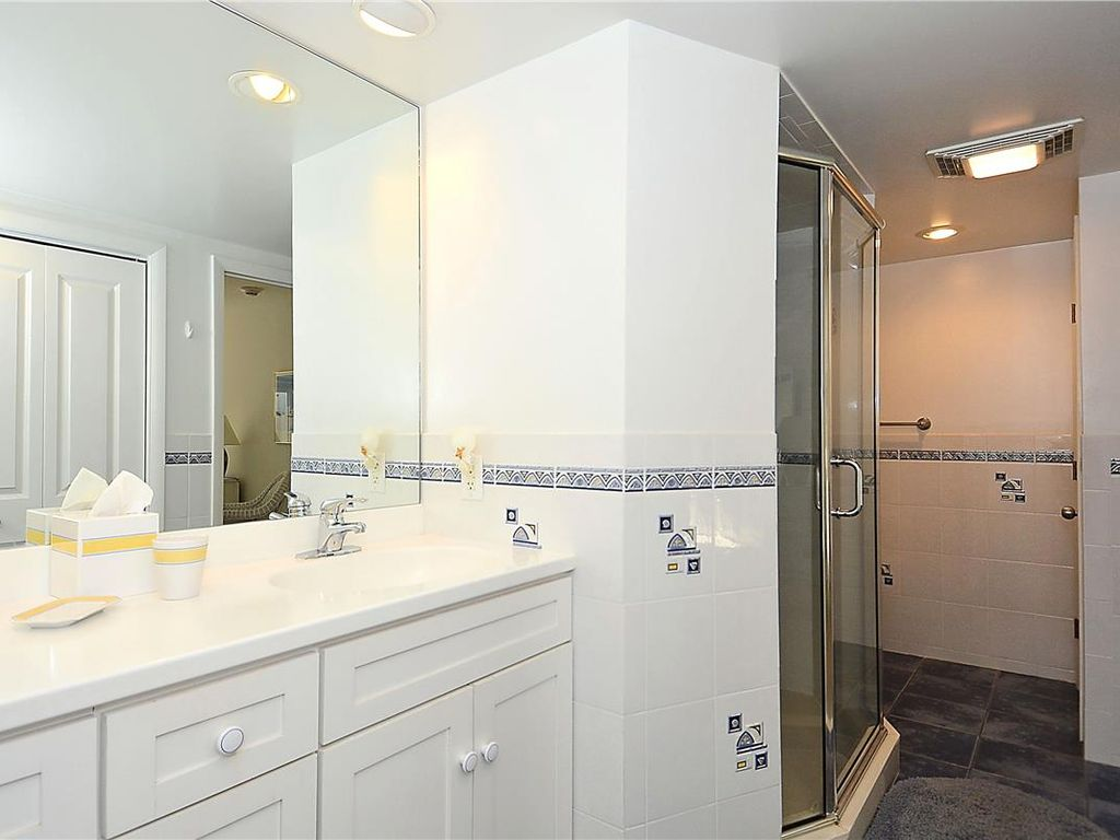 This well maintained unit will make you want to stay ...