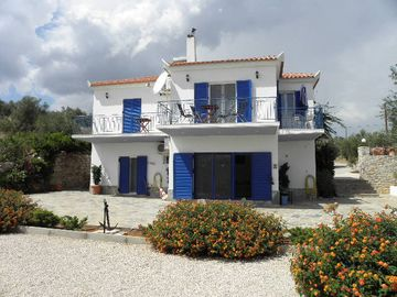Stunning villa, panoramic sea view, sandy beach in 600m, for 6 pers.