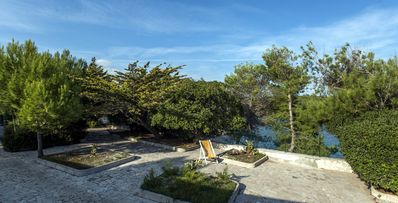 Photo for Apartment 2/4 beds, in a villa on the sea, with beautiful garden