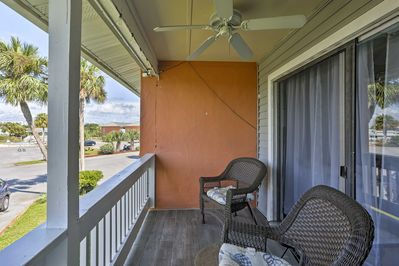 With a furnished balcony and beds for 6, this Destin home is 5-star.