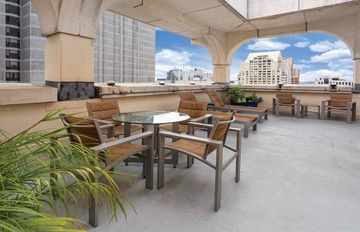 San Francisco, CA: Studio Suite w/Free Wi-Fi, Rooftop Lounge, Restaurant & More
