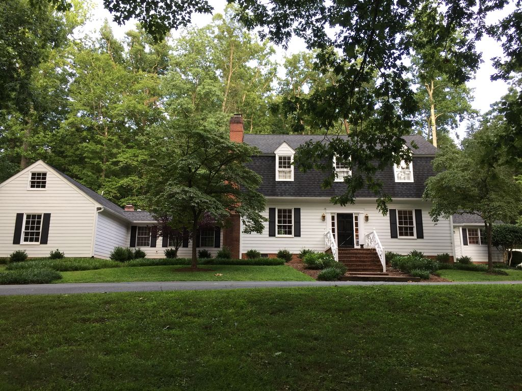 Beautiful house great location near uva homeaway for Charlottesville cabin rentals hot tub