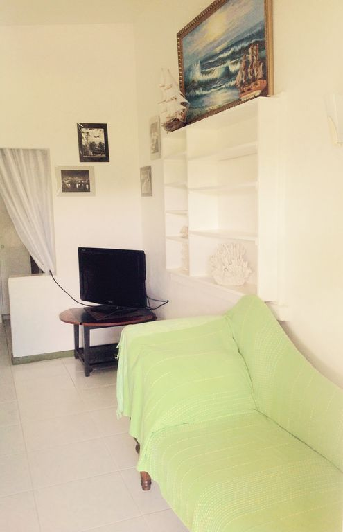 Studio apt. near beaches in quiet neighbourhood. 2km to shopping 1 min to buses
