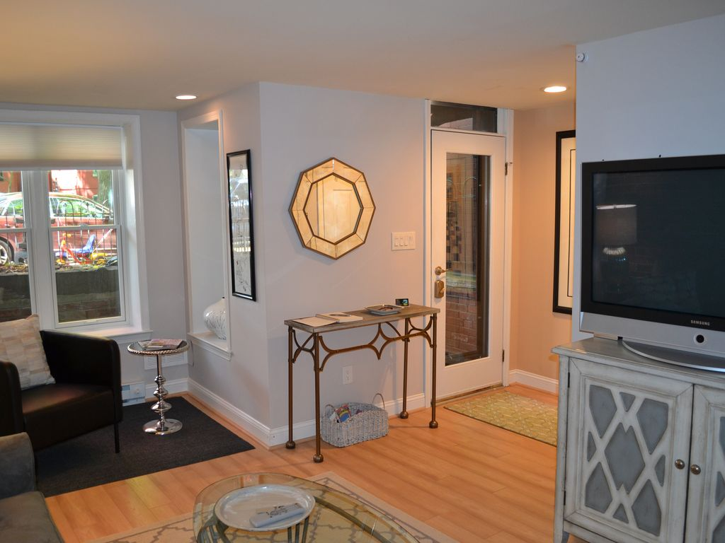 enjoy a classic capitol hill experience just 5 blocks from the seat of power washington dc. Black Bedroom Furniture Sets. Home Design Ideas