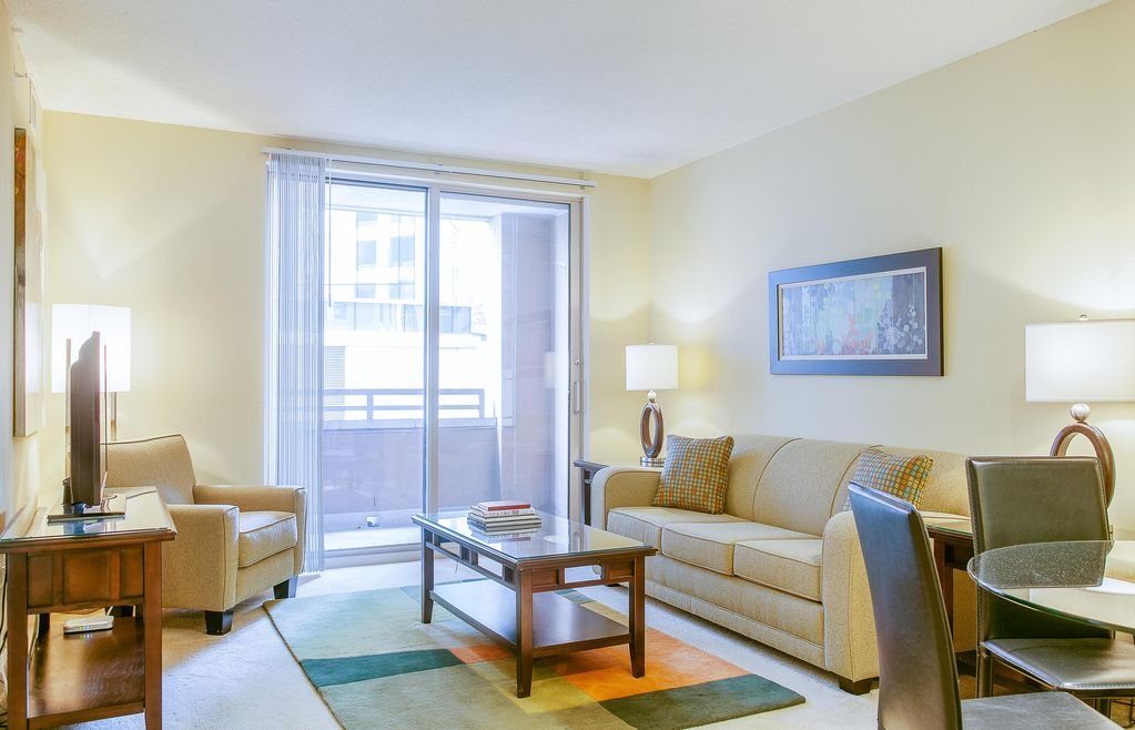Pet friendly condos w lcd tv rooftop pool complex garage gym