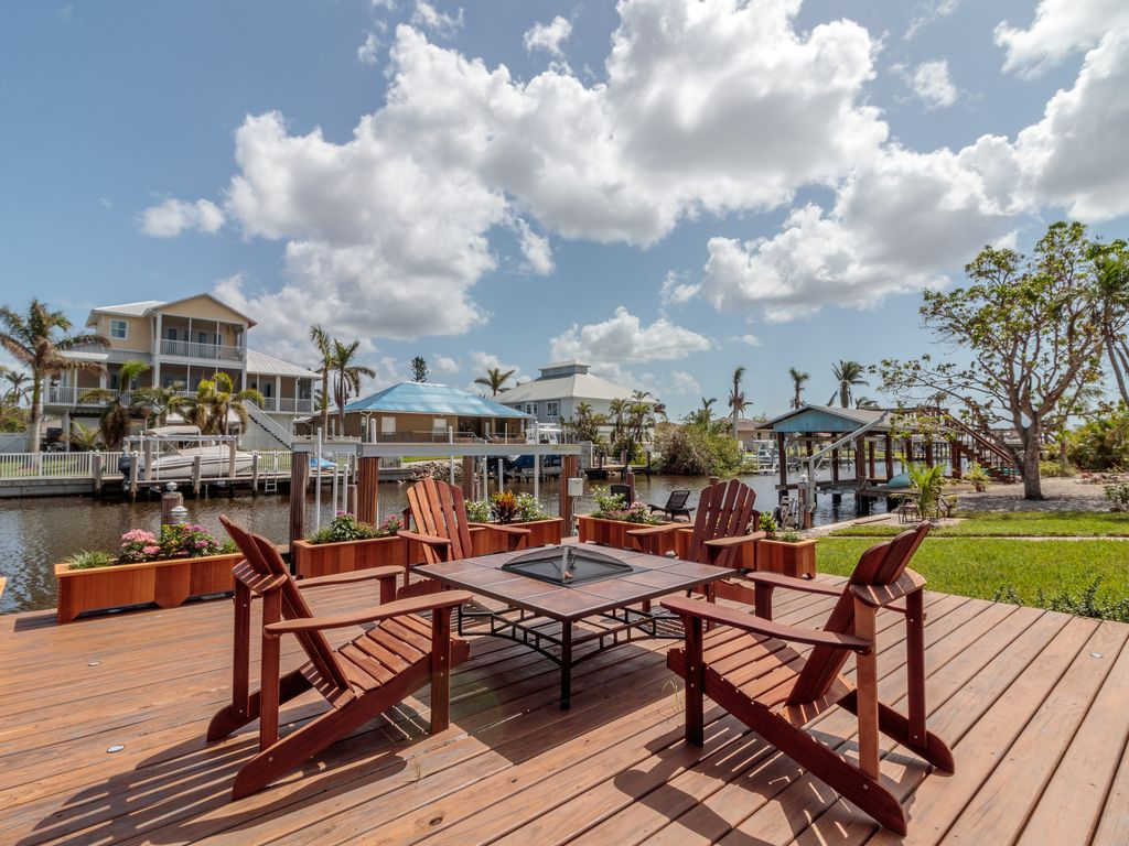 Luxurious waterfront retreat take advantage of our april for Waterfront retreat