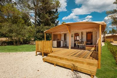 Luxury glamping tent with bathroom/kitchen, located in a park with swimming  pool - Lanterna