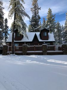 Welcome to our Griggsly Bear Lodge-across from the lake and minutes from town!