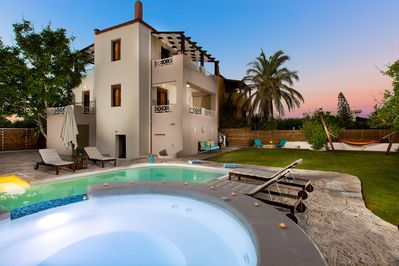 Aestas Residence has a private pool and a jacuzzi.