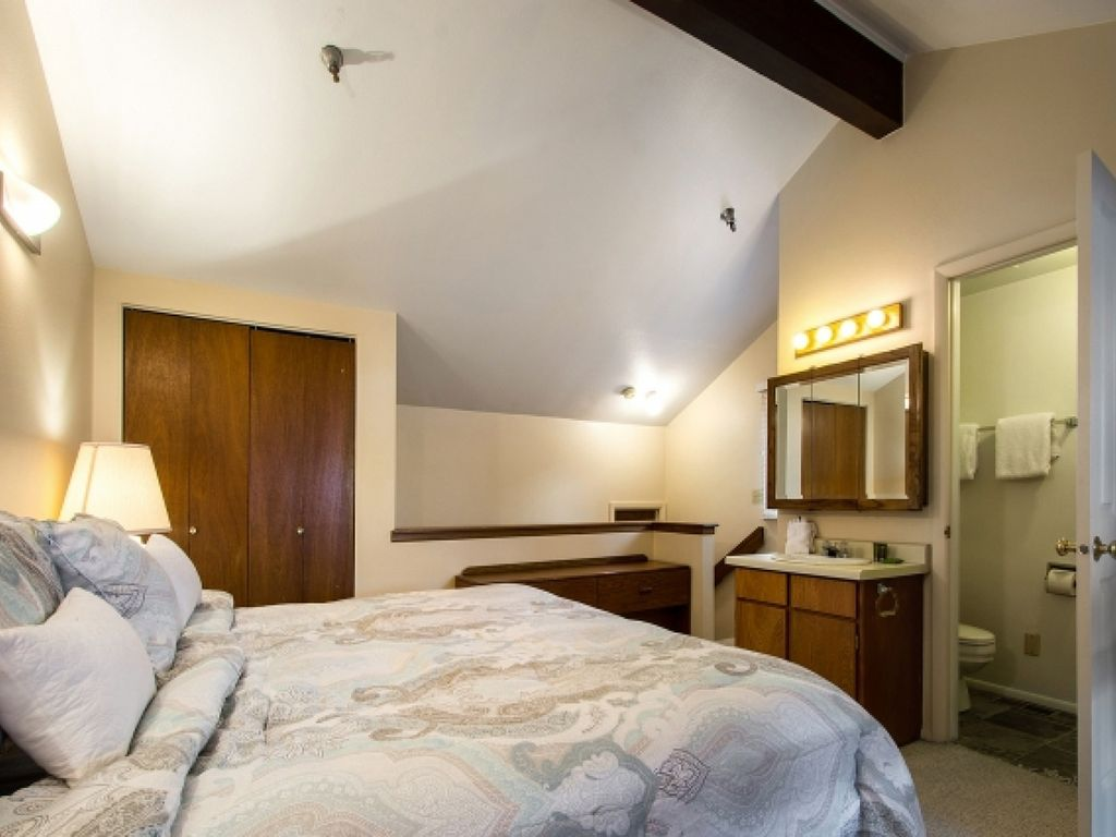 FREE Gear Rental! Top Floor Powder Pointe Condo / Located only 2 Min Walk to Skiing & Shuttle Stop!