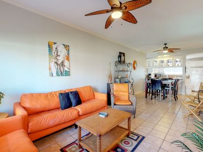 Bright condo with a shared pool, hot tub, nearby beach access, & more!
