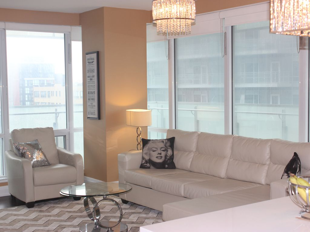 Stunning LUXURY 2 bed 2 bath Suite at the Bell Lightbox TIFF Private  Residence