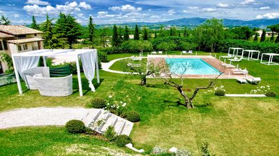 Photo for Spoleto Del Lago, Luxury, slps 26, WiFi, Lake, Pool, Restaurant/Bar, nr Spoleto