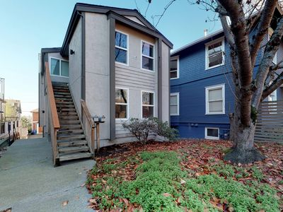 Photo for Dog-friendly Queen Anne townhome with full kitchen, WiFi & cable!
