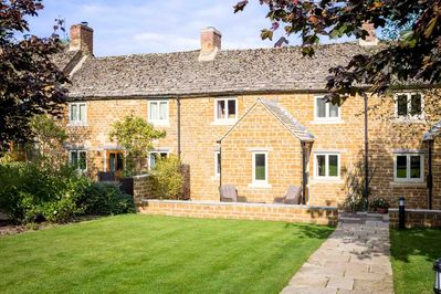 Welcome to Climbing Rose Cottage, in Upper Oddington