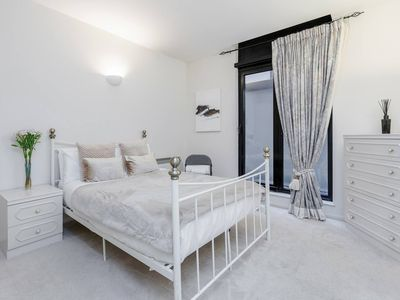 Photo for Professionally cleaned stylish Kensington PointWest 2bd apartment