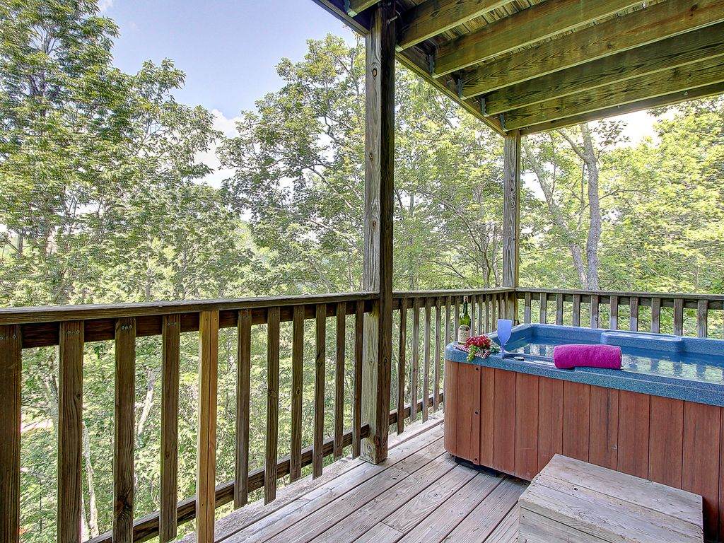 ABOVE THE TREE TOPS - COMFY & SPACIOUS