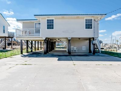 Dog-friendly bay front house near beach access w/ private dock & free WiFi!