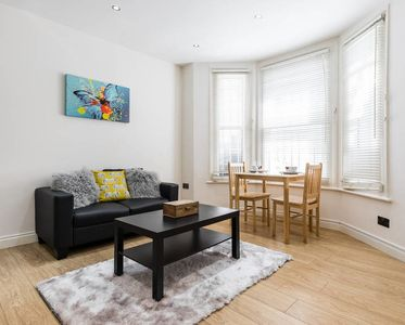 Photo for Cosy 2bed flat with patio, 4 mins to Hammersmith tube