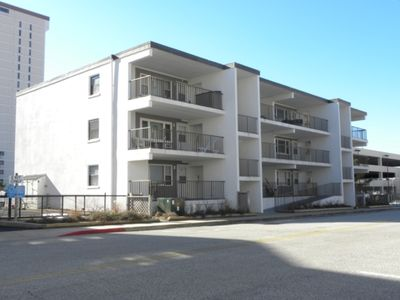 Ocean Block Condo, porch, 1st floor, steps to beach, updated, full kitchen, lg dining table, wifi!