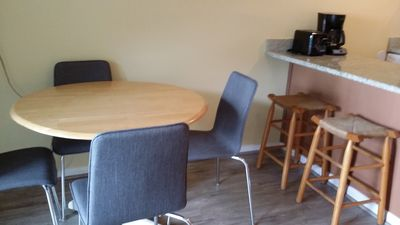 dining table can seat 4-6