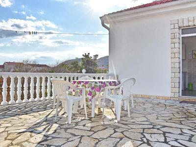 Photo for One bedroom apartment with terrace and sea view Vlašići (Pag)