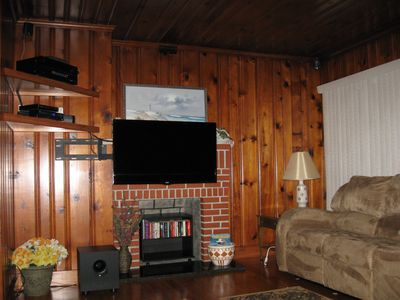 Flat screen tv mounted on a swivel bracket. Cable provided by Spectrum.