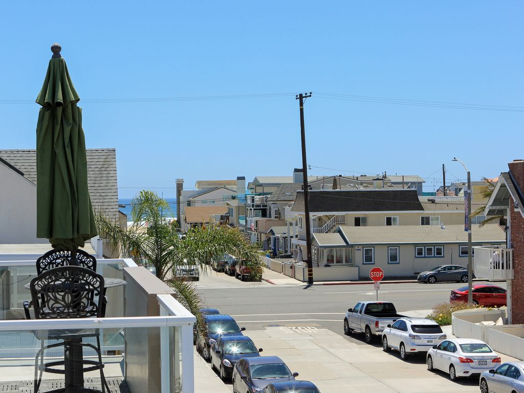 Remodeled 2 Bedroom Steps To The Beach Roof Vrbo