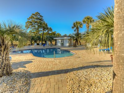 Golf course view,pool,grilling,one mile to beach,near downtown and Skywheel